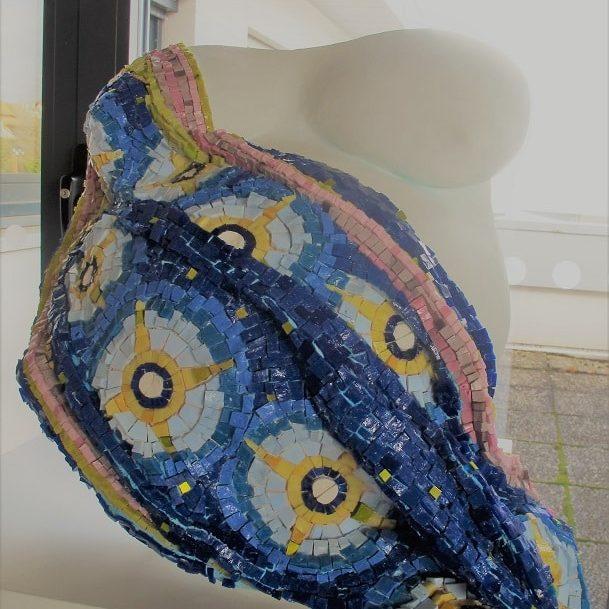 Drapé en mosaïque sur sculpture de femme enceinte